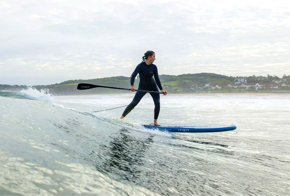 standup-paddle-gonflable-decathlon-femme-surf-vague